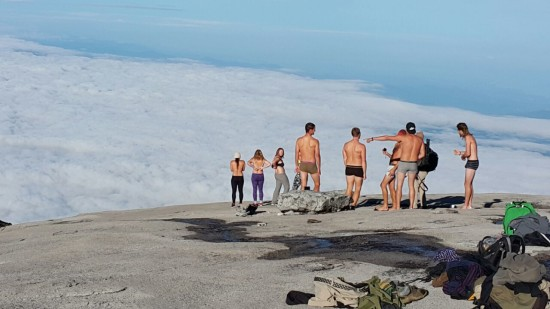 mount-kinabalu-tourists-stripping